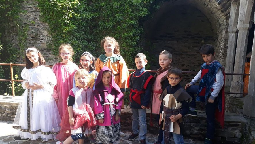 Les écoliers se sont transformés en princes et princesses.