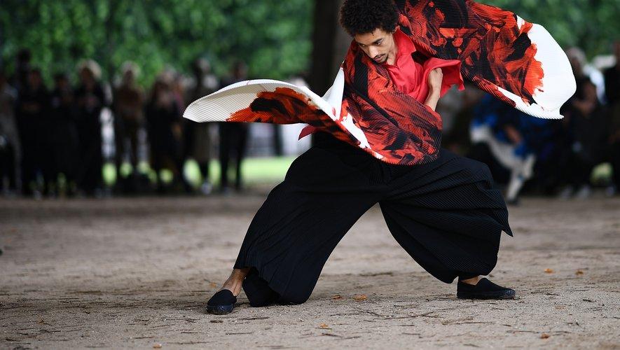 Course, danse et autres performances : l'homme Issey Miyake montre qu'il peut tout faire tant il est à l'aise dans ses pantalons amples et ses hauts tout en fluidité. Paris, le 20 juin 2019.