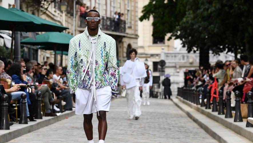 Les fleurs sont au coeur de la nouvelle collection Louis Vuitton, qui joue la carte du streetwear avec des pièces amples et des sneakers. Paris, le 20 juin 2019.