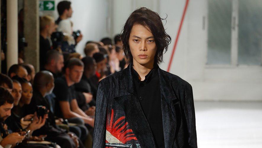 Tels des emblèmes, des motifs géants viennent recouvrir des manteaux chez Yohji Yamamoto, rehaussant la palette sombre de la collection. Paris, le 20 juin 2019.