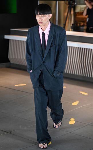 Esprit plus léger chez Vetements, qui fait défiler sa nouvelle collection dans un McDonald's, avec un vestiaire ultra décontracté. Paris, le 20 juin 2019.