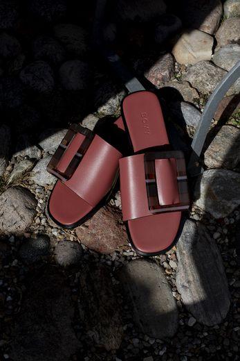 Une paire de sandales vient compléter la capsule Mytheresa x Boyy, à découvrir dès le 25 juin prochain.