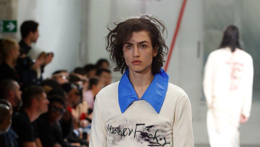 Chez Yohji Yamamoto, le coiffé décoiffé des mannequins le disputait à leur maquillage bariolé.