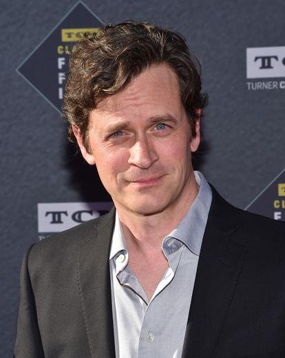 """Tom Everett Scott tient l'un des rôles principaux dans la comédie décalée """"I'm Sorry"""" aux côtés d'Andrea Savage, sa partenaire à l'écran et créatrice de la série."""