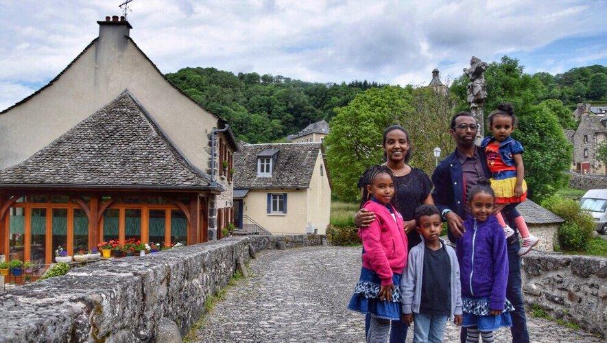 La famille érythréenne, tout sourire, à Saint-Chély-d'Aubrac.