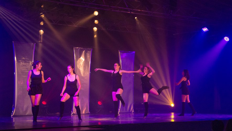 Les élèves d'Elodie Rat, sur scène entre les miroirs