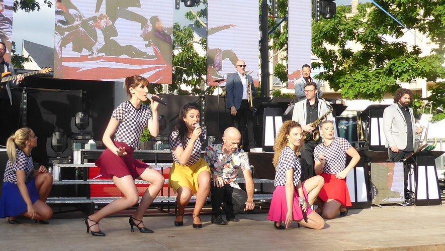Les artistes du grand orchestre Jean Ribul sur scène.