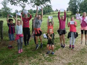 Des enfants tout heureux de faire des activités ensemble.