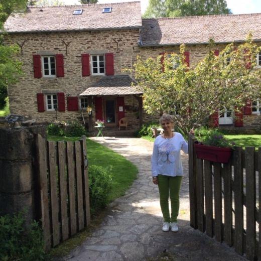 Sylvie accueille les vacanciers dans  sa belle maison de campagne.