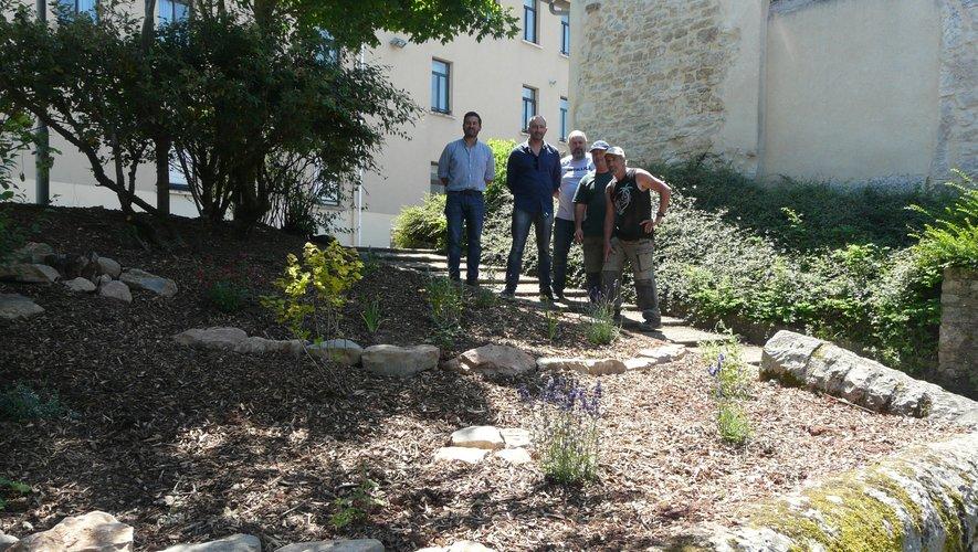 MM. Cortese et Nicolet avec les trois agents d'Agricampus devant le massif créé.