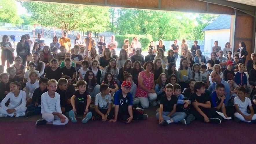Florence Lamy (au centre) entourée des 75 collégiens.