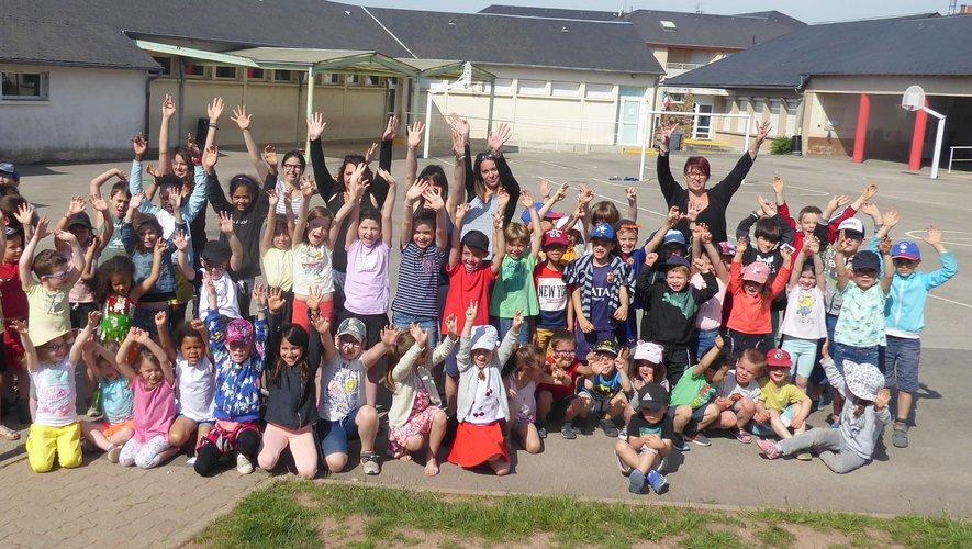 Les enfants de 3 à 9 ans réunis à l'école Jean-Boudou avant de participer au jeu.