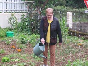 Anne Marie Bousquet, dit Annette, qui ne veut pas un jardin parfait mais un jardin qui lui ressemble, où les légumes et les fleurs se mélangent.