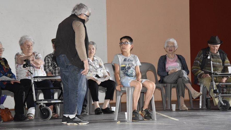 Elèves et seniors en pleine répétition pour l'avenir de la planète.