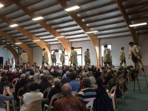 C'était la première fois que Ste-Geneviève-sur-Argence accueillait un spectacle d'échassiers landais et les spectateurs ont été ébahis de leur agilité à marcher, danser du haut de leurs échasses.
