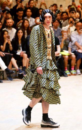 La frontière entre dressing féminin et vestiaire masculin est mince chez Comme des Garcons, qui habille ses mannequins - affublés de perruques - de robes et de jupes d'inspiration rétro. Paris, le 21 juin 2019.