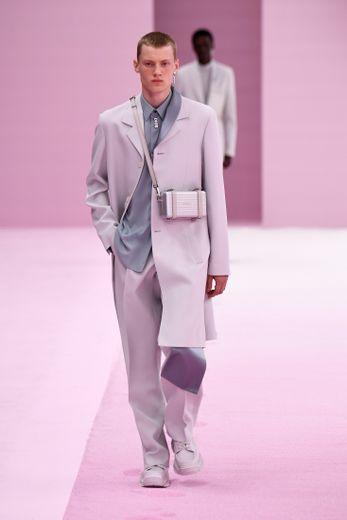 L'art s'invite chez Dior pour la saison printemps-été 2020, avec une collection des plus élégantes qui joue sur l'asymétrie, la déconstruction et une palette essentiellement faite de gris. Paris, le 21 juin 2019.