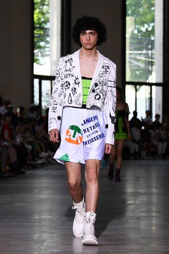 Chez Andrea Crews, les matières, les imprimés et les couleurs se combinent pour réinventer la silhouette de l'homme, à la fois élégante et sportive. Paris, le 22 juin 2019.