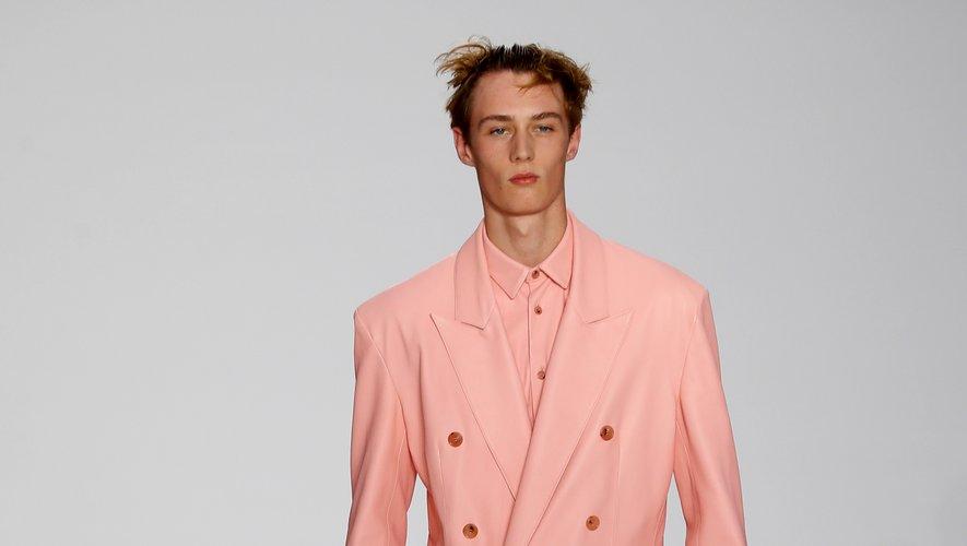 Nonchalance des plus raffinées chez Paul Smith, qui inscrit le rose comme l'une des couleurs phare du printemps-été 2020. Paris, le 23 juin 2019.