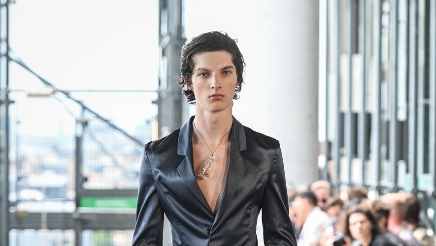 Pour sa nouvelle collection, Ludovic de Saint Sernin puise également dans le vestiaire de la femme avec des pièces près du corps, dans des matières fines, laissant parfois entrevoir le torse de ces messieurs. Paris, le 23 juin 2019.