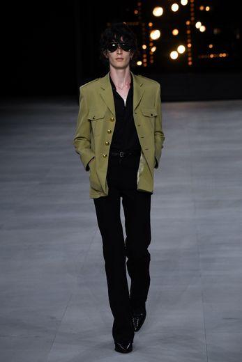 Celine se démarque clairement pour la saison printemps-été 2020, proposant un vestiaire inspiré par les seventies, toujours dominé par le noir. Paris, le 23 juin 2019.