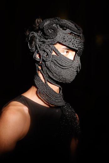 Le masque en maille tressée par Palomo Spain. Paris, le 18 juin 2019.