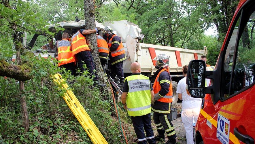Les pompiers à l'oeuvre pour désincarcérer le chauffeur.