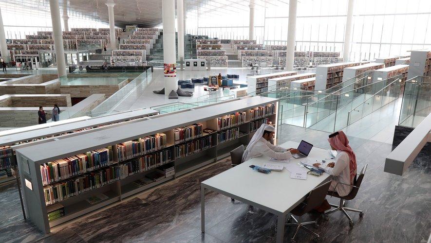 Conçue à Doha par le Néerlandais Rem Koolhaas, la nouvelle bibliothèque impressionne par son architecture, qui rappelle celle d'un aéroport ultra-moderne.