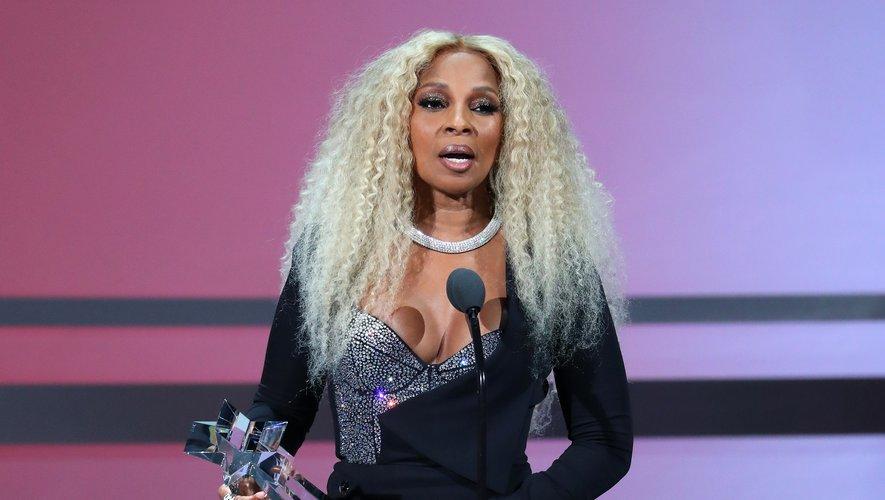 Mary J. Blige a reçu un prix spécial pour l'ensemble de sa carrière coiffée d'un blond platine et maquillée d'un smokey eye. La touche glam supplémentaire : une bouche vernie au gloss, façon années 90.