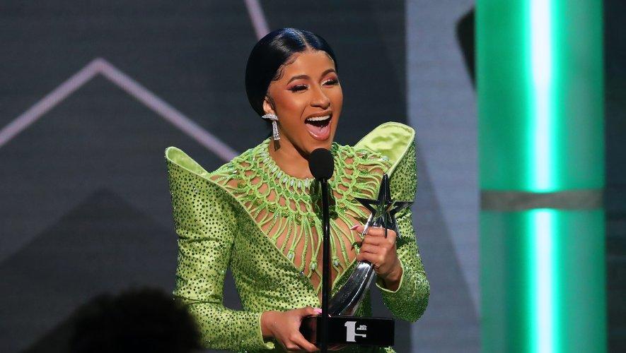 La rappeuse Cardi B a choisi un look sage pour recevoir le prix de l'Album de l'année. La coiffure reste chic et simple. Le maquillage monochrome prend des reflets cuivrés.