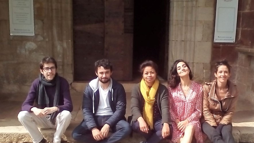 Le groupe « Les Brune's et leurs charmants » sur le porche à l'issue de leur dernière répétition à Saint-Austremoine. Entrée libre au concert samedi.