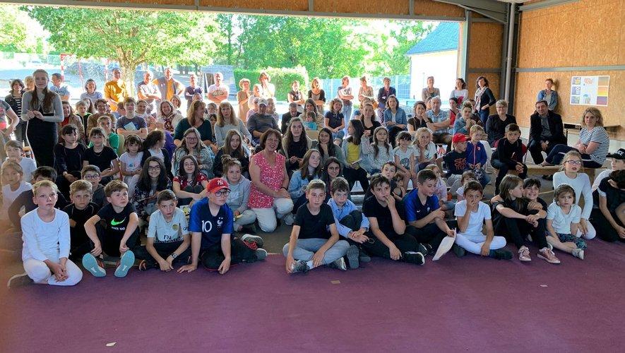 Les écoliers réunis autour de Florence Lamy.