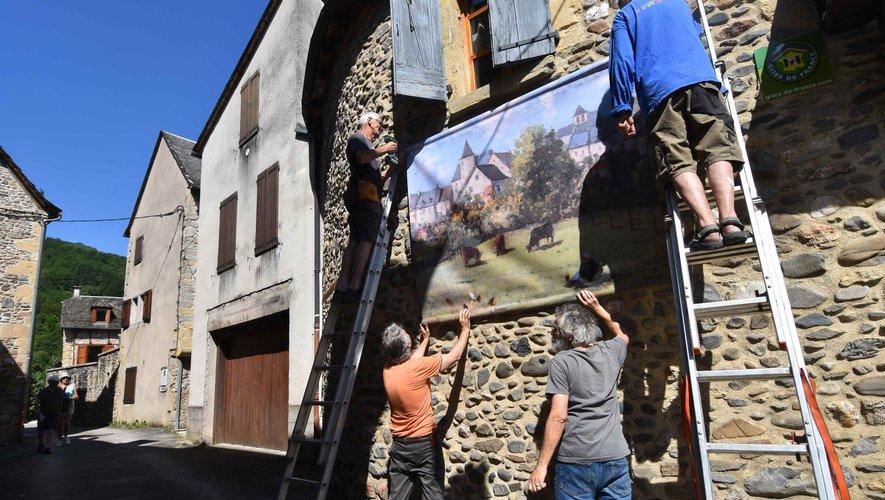 Installation de l'expo plein air grand format dans les rues du village.