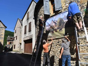 Installation de l'expo plein air grand format dans les rues du village.