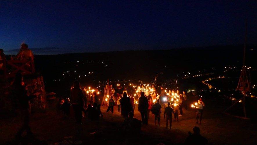 Même de nuit, le site offre un point de vue incomparable sur la ville d'Espalion et ses environs.