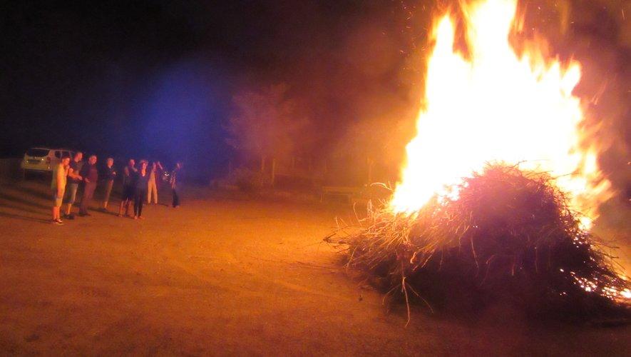 Certrains ont profitéde la chaleur du feu.