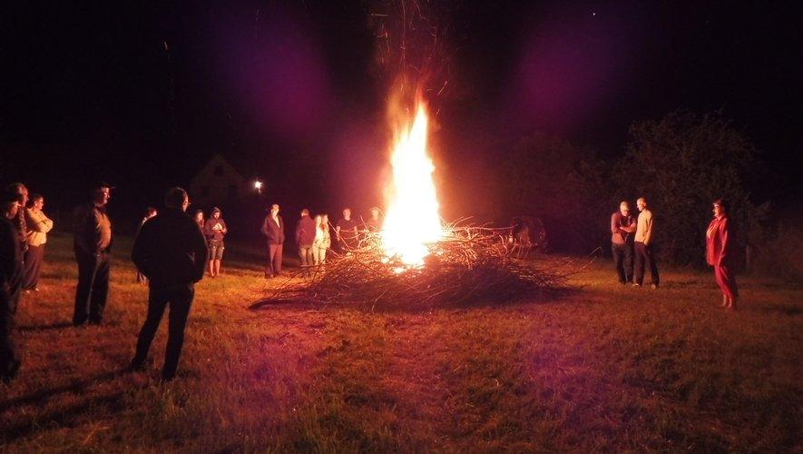 """Un grand feu pour souhaiter une bonne fête aux """"Jean""""."""