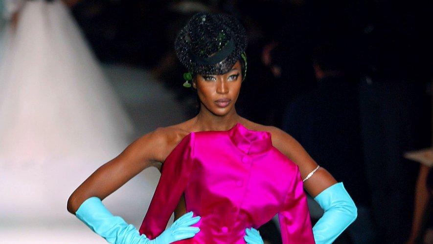 Naomi Campbell défile à de nombreuses reprises pour Jean Paul Gaultier, mais elle porte ce jour-là une robe à couper le souffle, issue de la collection haute couture printemps-été 2003. Paris, le 20 janvier 2003.