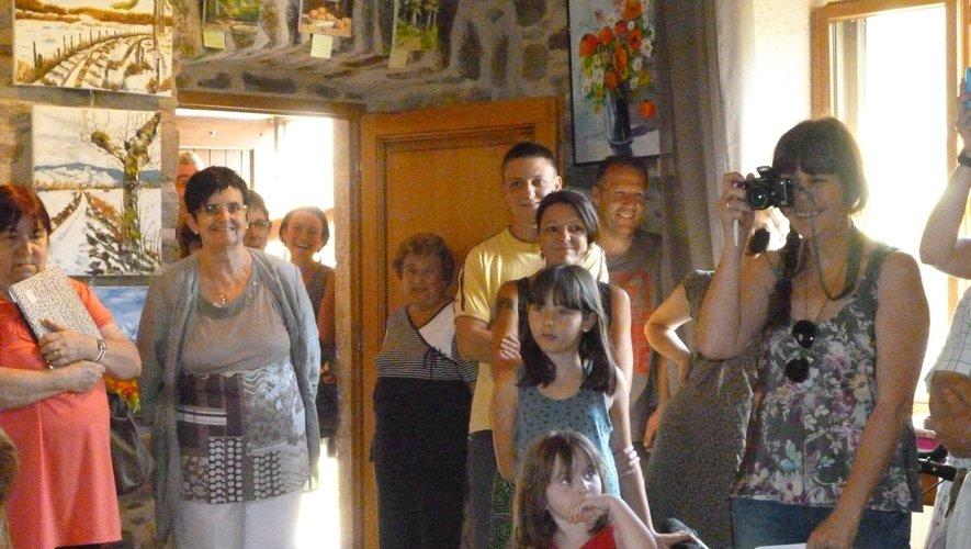 Maryse (deuxième en partant de la gauche) lors du vernissage de l'expo de peintures en juillet 2015.