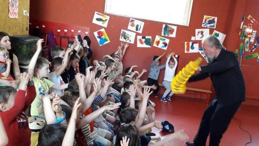 Les écoliers ont activement participé au spectacle.
