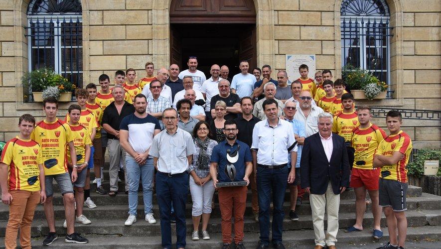 Dirigeants, élus encadrés par les jeunes du club autour du trophée réalisé par Pierrick Le Quellec.