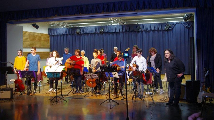 Les musiciens et leur professeur (à droite).
