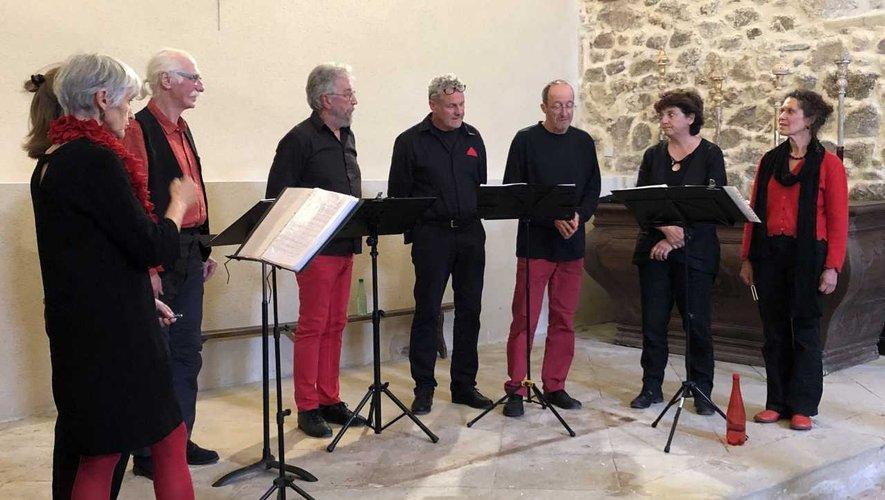 Les choristes du « P'tit Chœur du dimanche » à la chapelle de Notre-Dame du Pontet.