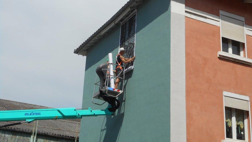 La technique du pochoir avec Monkey Bird qui débute une œuvre sur les casernes (face à la maison de la santé).