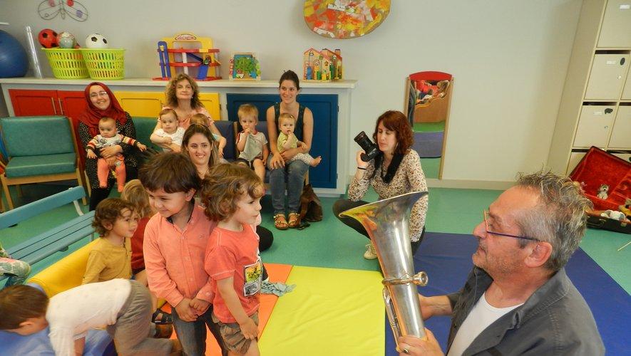 Le musicien Daniel Alogues est intervenu à la Maison de la petite enfance.
