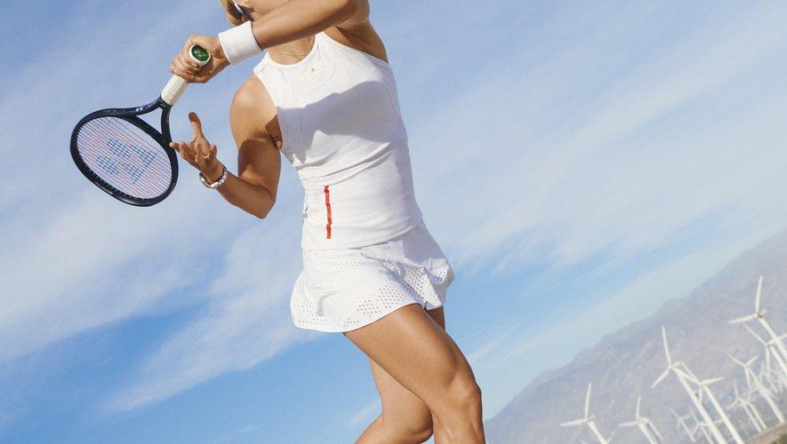 Angelique Kerber porte un modèle de la nouvelle collection adidas by Stella McCartney Tennis