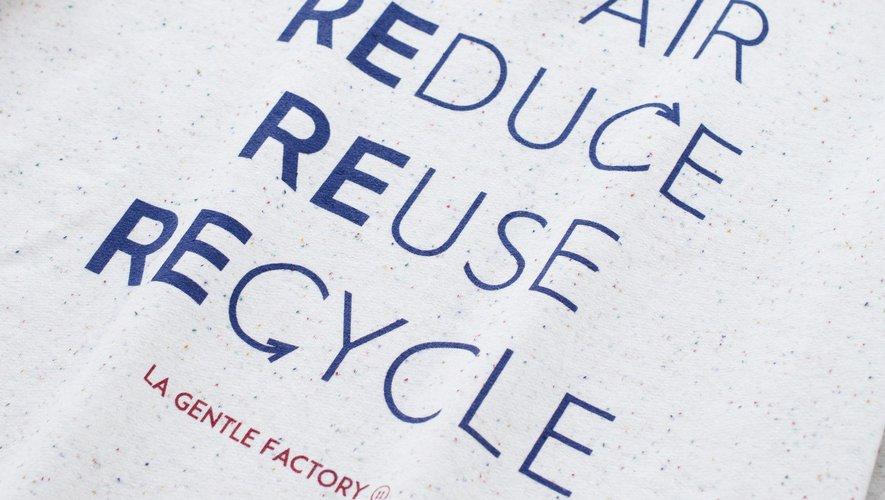 La Gentle Factory signe une capsule conçue à partir de fibres recyclées pour sensibiliser le public à l'importance du recyclage.