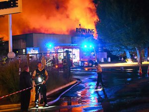 Lundi 30 juillet au petit matin, le feu ravageait le Bowling du Rouergue à Onet. La thèse criminelle a été privilégiée.