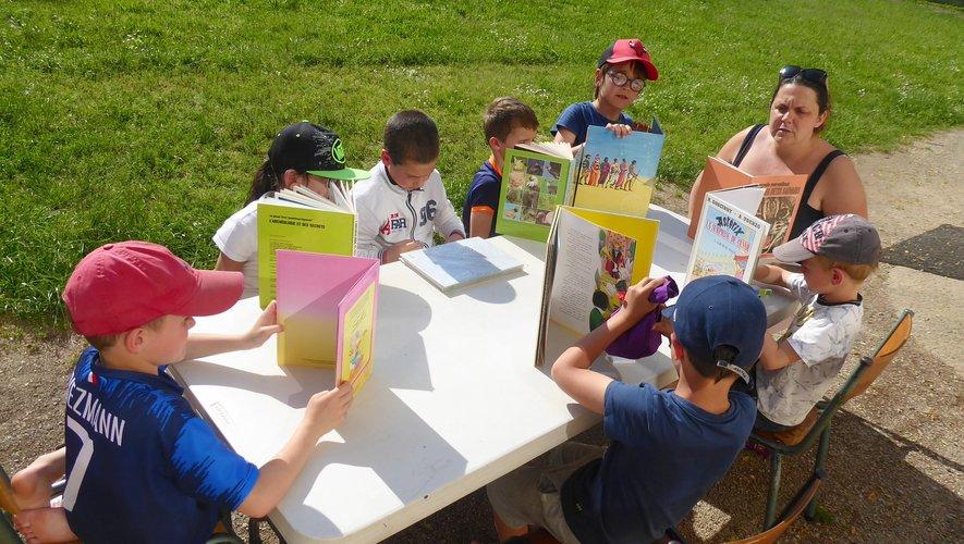 Jeux de société avec Vanessa dans l'espace vert situé à côté de l'espace jeunesse.