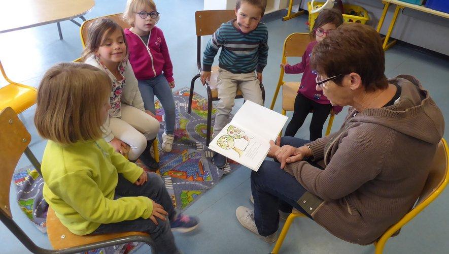 Des bénévoles transmettent à de jeunes enfants le plaisir de la lecture